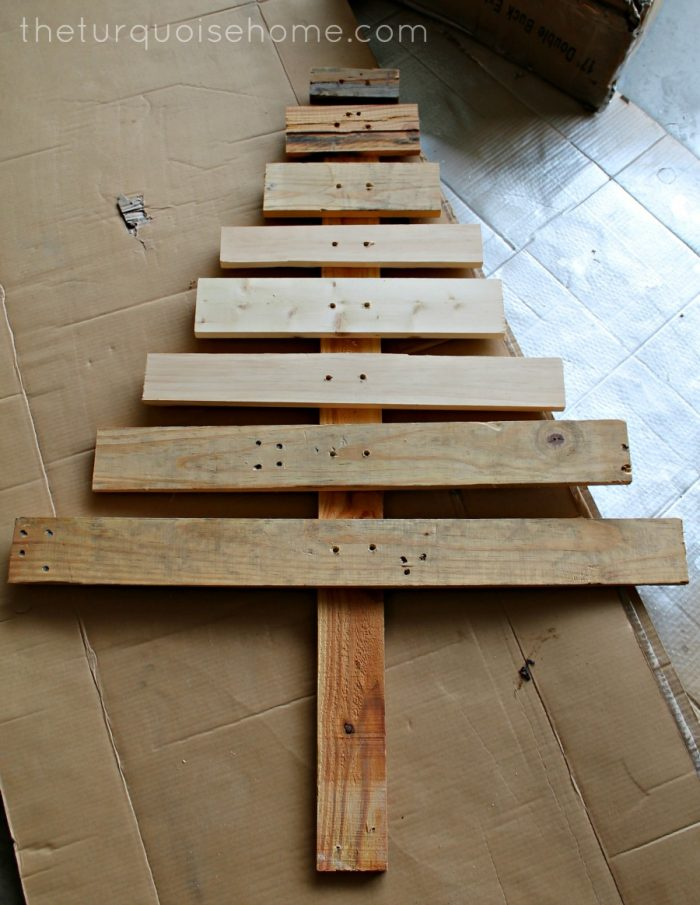 Diy pallet christmas tree easy last minute christmas craft Christmas trees made out of wood