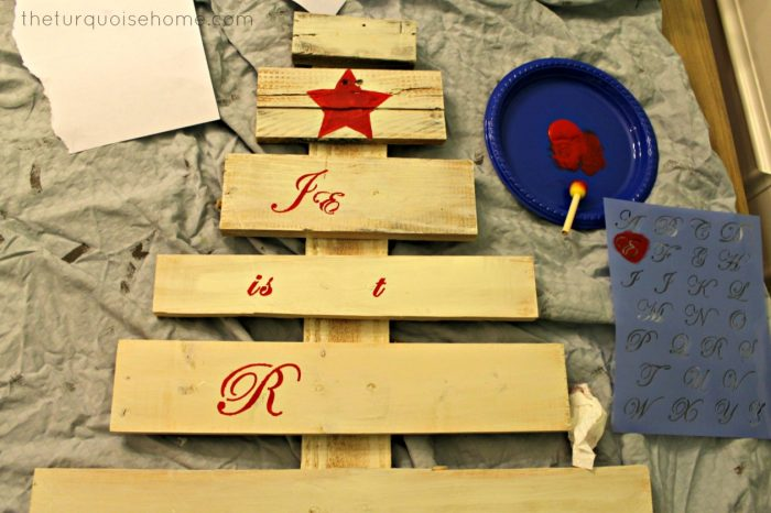 Pallet Christmas tree is an easy DIY project before Christmas.