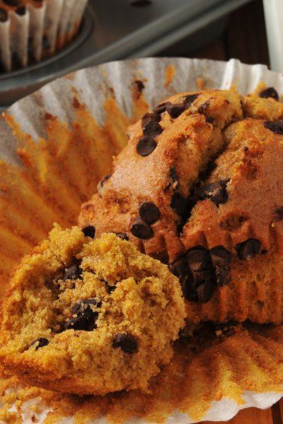 The BEST spicy & chocolatey Pumpkin Chocolate Chip Muffins - YUM!