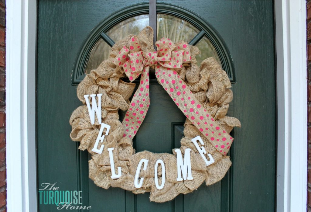 DIY Simple Burlap Wreath {Easily changeable for all seasons and holidays!} #DIY #burlap #wreath