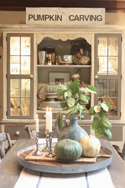 27 Gorgeous Thanksgiving Tablescapes | Simple Fall Tablescape with Pumpkin Carving Sign