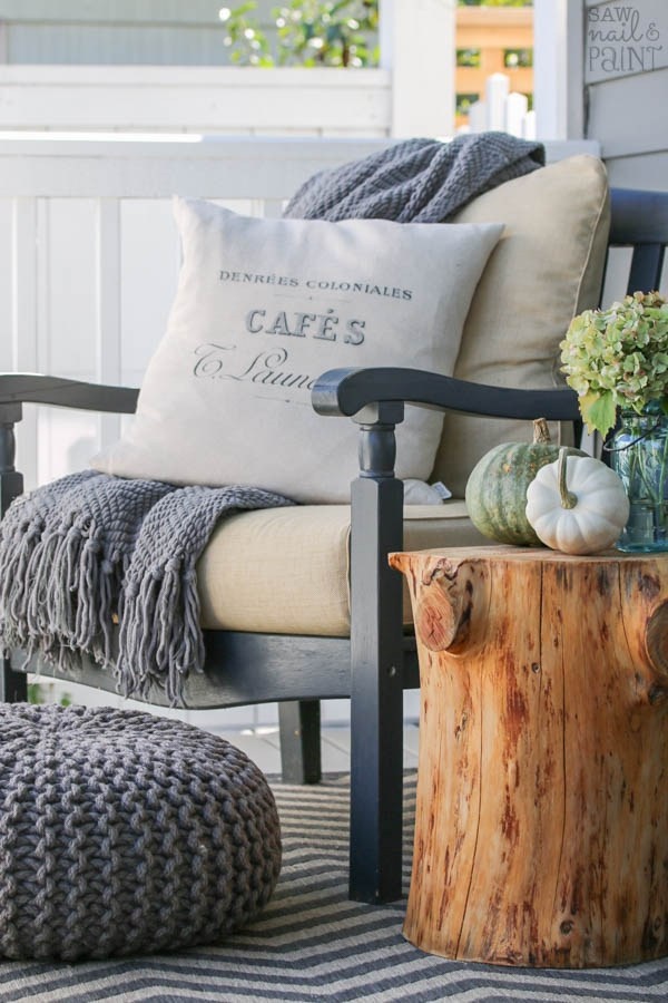 Gorgeous tree stump side table for fall! Click here for more fall decorating ideas! | 11 Ways to Add Fall to Your Home