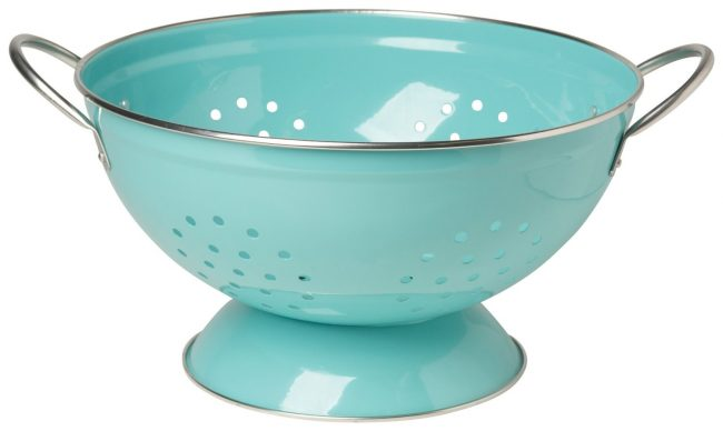 Pretty turquoise colander for all of your draining and straining needs! | Top 15 Kitchen Gifts for the Turquoise Lover