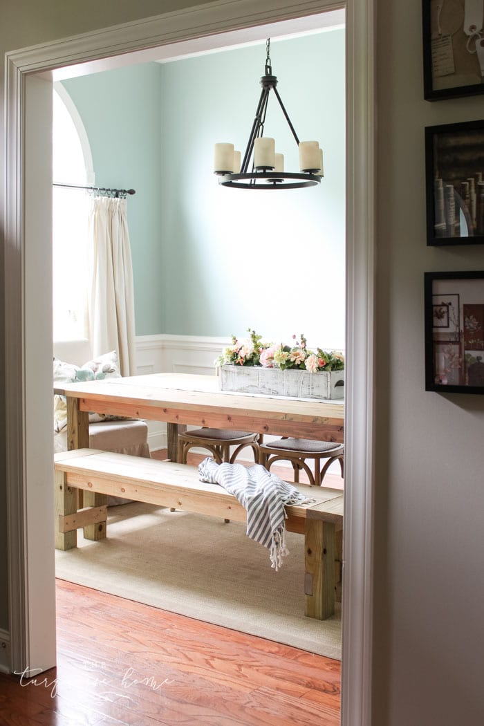 Amazing!! Build this DIY Farmhouse Bench for less than $40!
