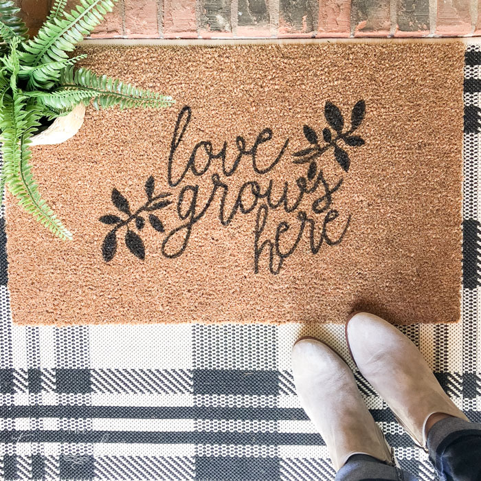 Cute DIY Doormat for the front porch! Create your own customized doormat for less than $20! | Love Grows Here DIY Doormat