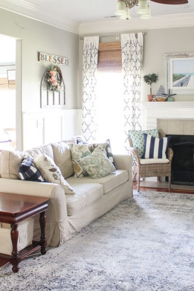 Coastal Summer Decor in the Living Room - fabulous summer decor ideas!
