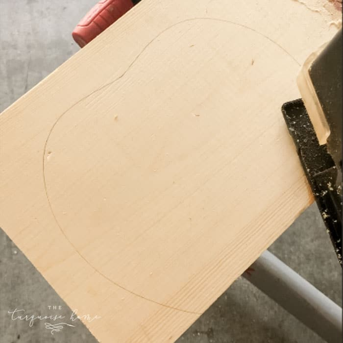 Trace the outline of the wooden pumpkin on the board and cut with a jigsaw.