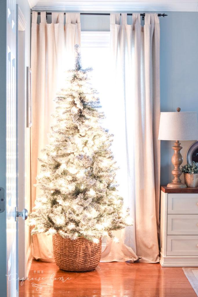 DIY Christmas Tree Basket - the best Christmas tree stand ideas!
