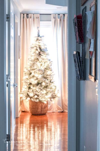 Easy 5-Step DIY Christmas Tree Basket - the best Christmas tree stand ideas!