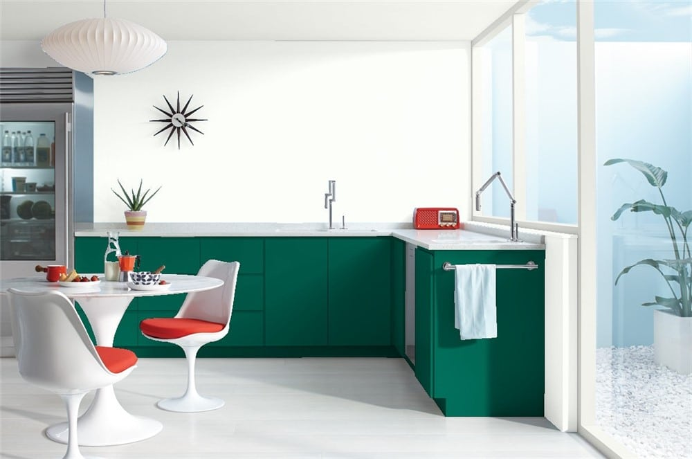 Green Bay by Benjamin Moore: Emerald green lower kitchen cabinets.